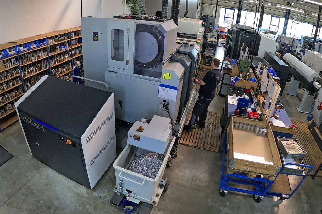 Der geringe Platzbedarf der LubiCool-L von Knoll ermöglichte es Kirchhof, die modulare Hochdruckanlage direkt an der Mori Seiki NV5000 zu platzieren. So wird kein zusätzlicher Platz benötigt. - Bild: Knoll