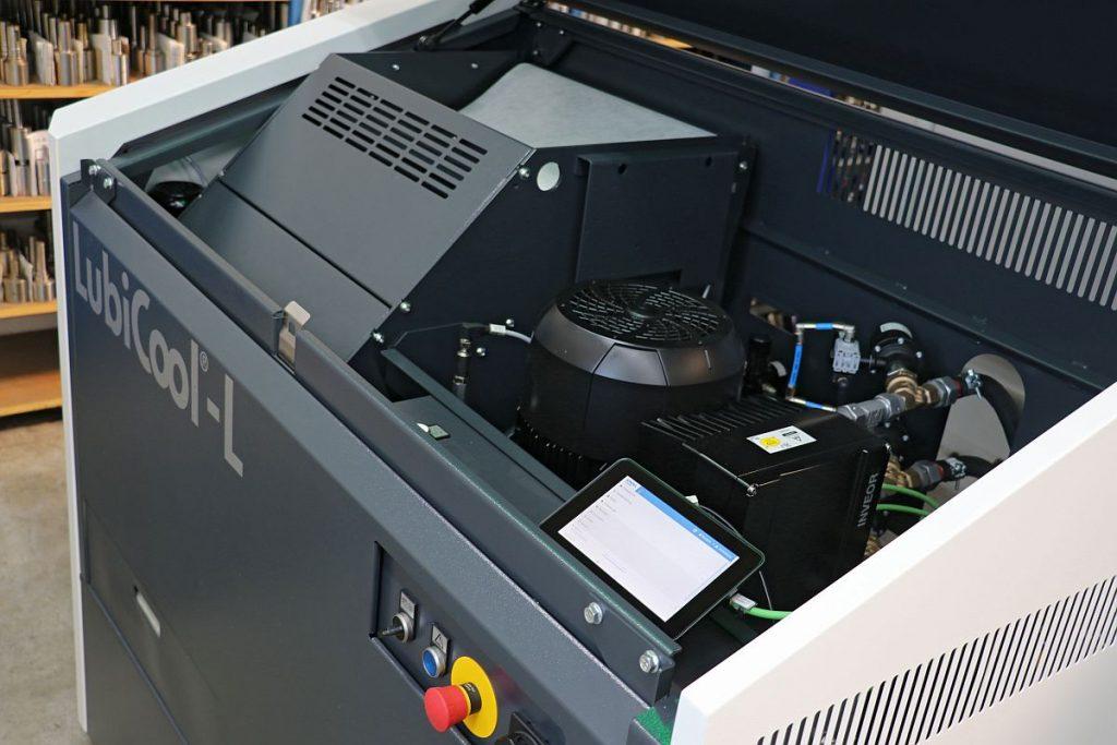 """Das neue Koll-Steuerungskonzept SmartConnect ermöglicht eine sehr einfache und intuitive Bedienung von LubiCool-L . Das 7""""-Bedienpanel befindet sich geschützt unter der üblicherweise geschlossenen Haube. - Bild: Knoll"""