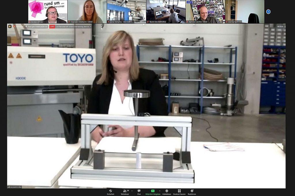 Die Vorteile spritzgeschäumter Bauteile demonstriert Anna Tschacha, Geschäftsführerin bei Deckerform, anhand verschiedener Bauteile. Mit mechanischen Prüfaufbauten lassen sich die spezifischen Eigenschaften der Teile sehr eindrücklich demonstrieren. - Bild: Pergler Media