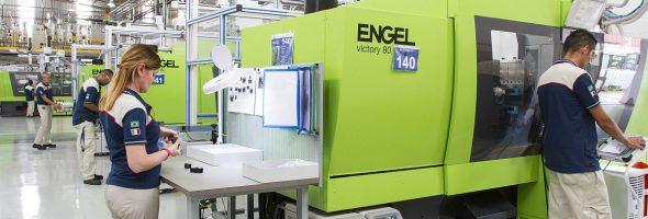 Engel: Spritzgießmaschinenhersteller liefert hundertste Maschine anMTA