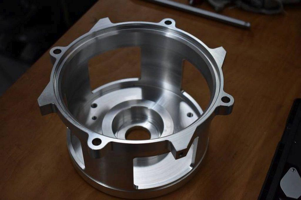 Der Kollektorlagerschild aus hochfestem Aluminium wird auf der Caruso aus dem Vollen in einer Taktzeit von 8 min hergestellt. Die reine Bearbeitungszeit liegt bei etwas mehr als 20 Minuten. - Bild: Hommel