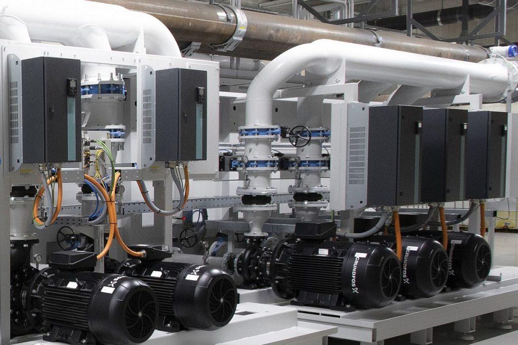 Schon in der ersten Ausbaustufe der zentralen Kühlschmierstoffreinigung hat Knoll die Erweiterung der Prozess- und Filterpumpen für den Endausbau bereits vorbereitet. Jede Pumpe ist zudem mit einem Frequenzumrichter ausgestattet. Das ermöglicht einen energieeffizienten Anlagenbetrieb. - Bild: Mapal