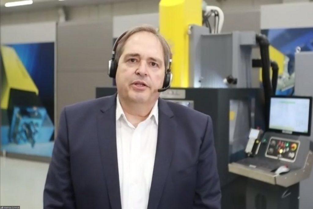 Matthias Schmidt, Vertriebsleiter bei OPS Ingersoll, erläutert die Herausforderung, auf eine Genauigkeit von 5 µm genau in der Automatisierung zu erodieren. - Bild: Pergler Media