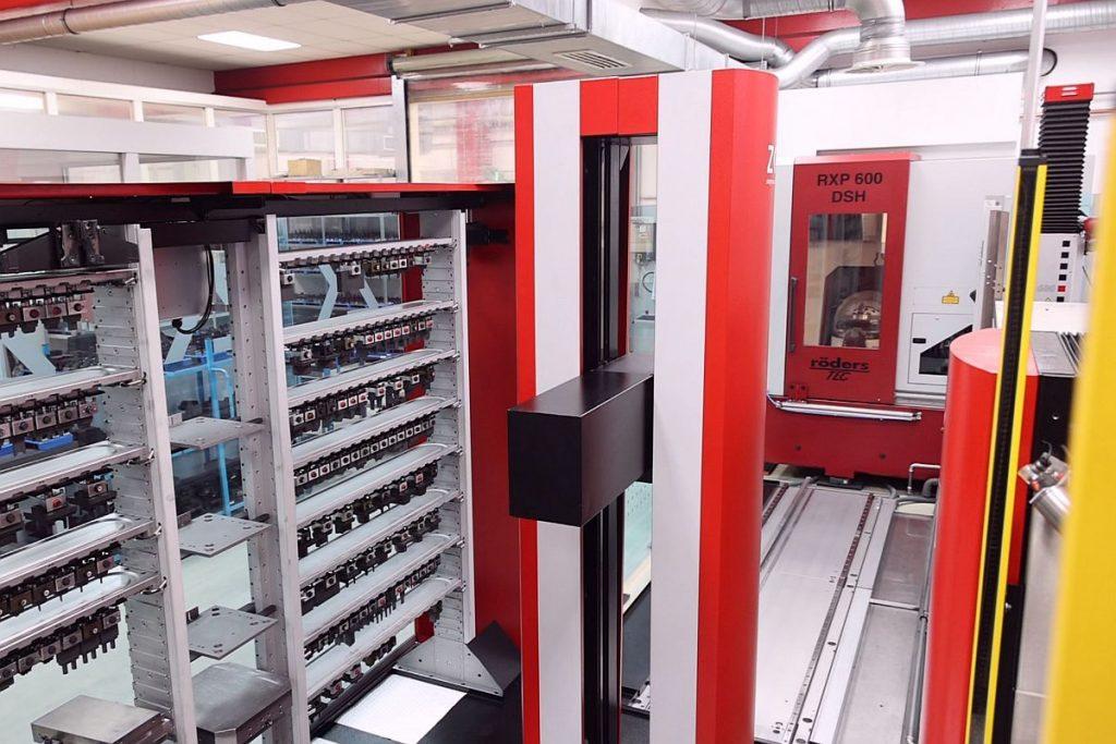 Das Chameleon von Zimmer & Kreim verbindet bei SD Formentechnik in einer Automatisierung zwei genius-Senkerodieranlagen unterschiedlicher Größe mit einer Röders-HSC-Fräsmaschine zur Elektrodenbearbeitung und einer Messmaschine Zeiss Vista. - Bild: Pergler Media