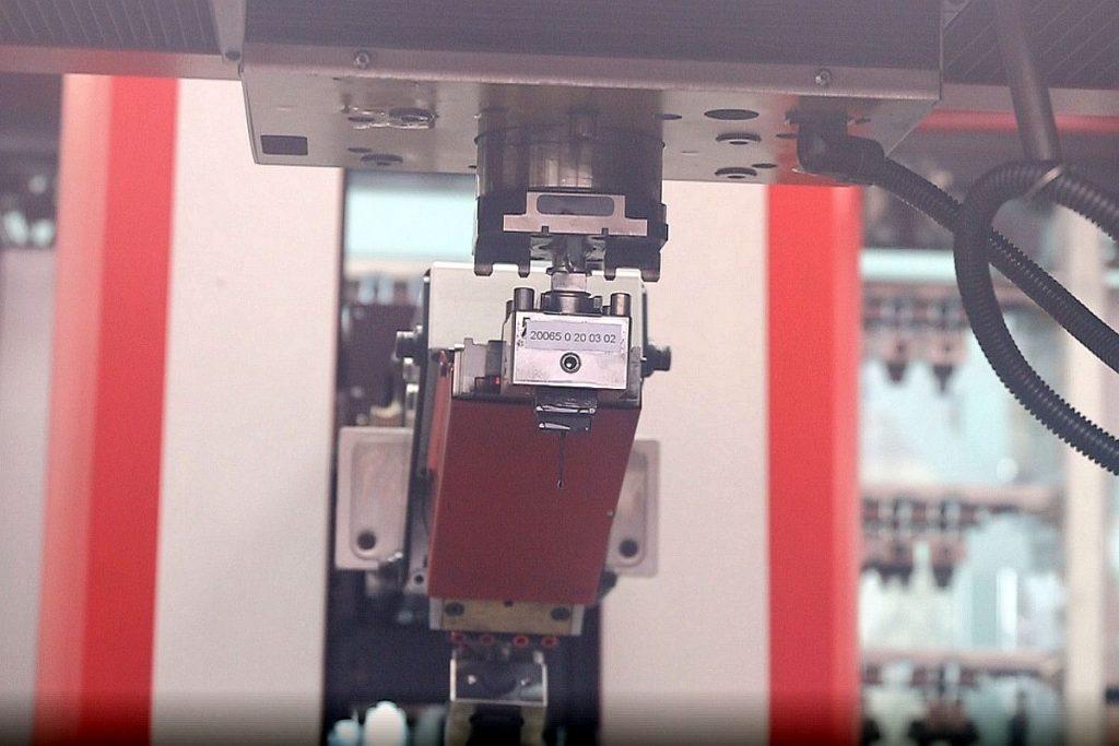 Automatisch wechselt das Chameleon eine Elektrode in die genius 1000 ein. Der Doppelgreifer sorgt für Effizienz – auf der anderen Seite des Greifers ist die alte Elektrode, die nach getaner Erodierarbeit zurück ins Regal gebracht wird. - Bild: Pergler Media