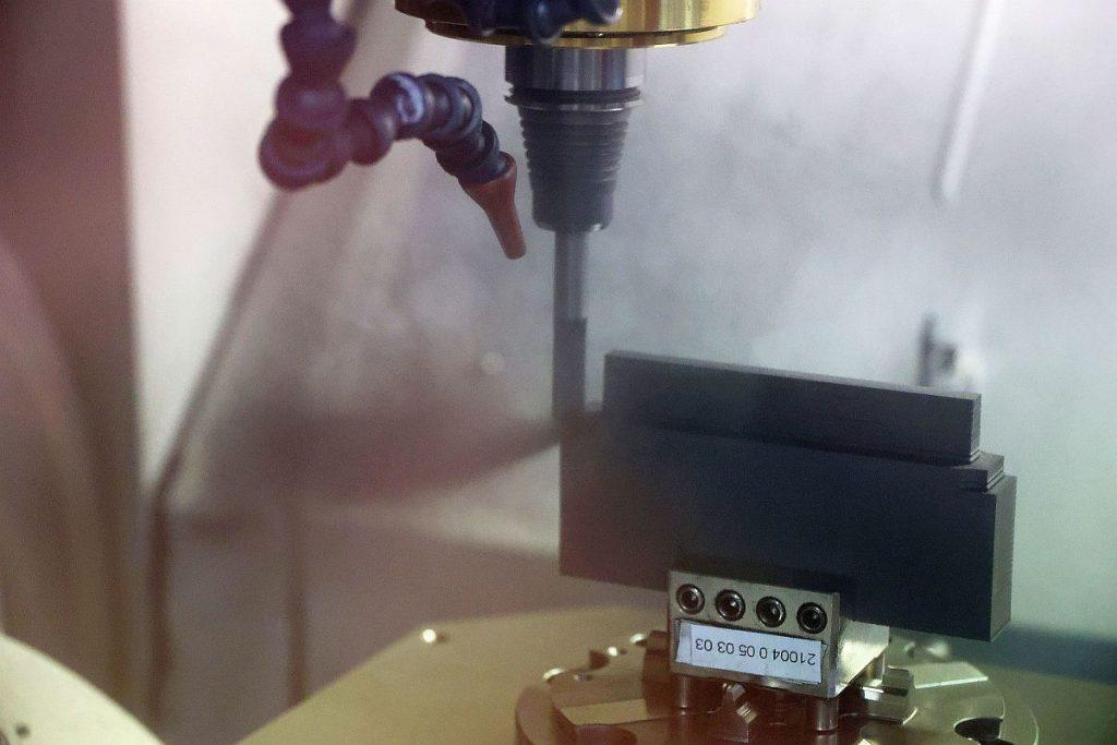"""Performant und dabei doch hochpräzise geht das Bearbeitungszentrum Röders RXP 600 DSH beim Graphitfräsen zu Werke. Die Stärke von Zimmer & Kreim ist, Maschinen anderer Hersteller nahtlos in die Automatisierung einbinden zu können. Mit Alphamoduli finden """"Fremdmaschinen"""" problem- und nahtlos Anschluss an die automatisierten Abläufe.  - Bild: Pergler Media"""