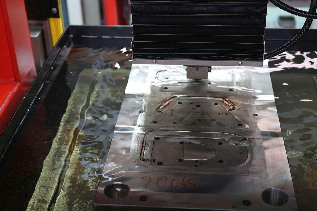 """Neben einer Zimmer & Kreim genius 600 ist auch eine genius 1000 """"The Cube"""" in die Automatisierung eingebunden. Sie lässt sich – wie die anderen Maschinen auch – bequem von Hand beladen. Das Chameleon wird davon nicht beeinträchtigt – es nutzt einen anderen Zugang zur Maschine. - Bild: Pergler Media"""