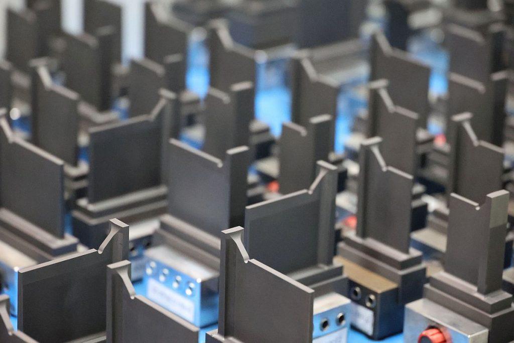 Sehr speziell: Die Elektroden bei SD Formentechnik spiegeln die speziellen Anforderungen der Werkstücke wider. Häufig sind tiefe, schmale Kavitäten – allein auf diesem Tisch ist Graphit für jede Menge Erodierstunden bereitgestellt. - Bild: Pergler Media
