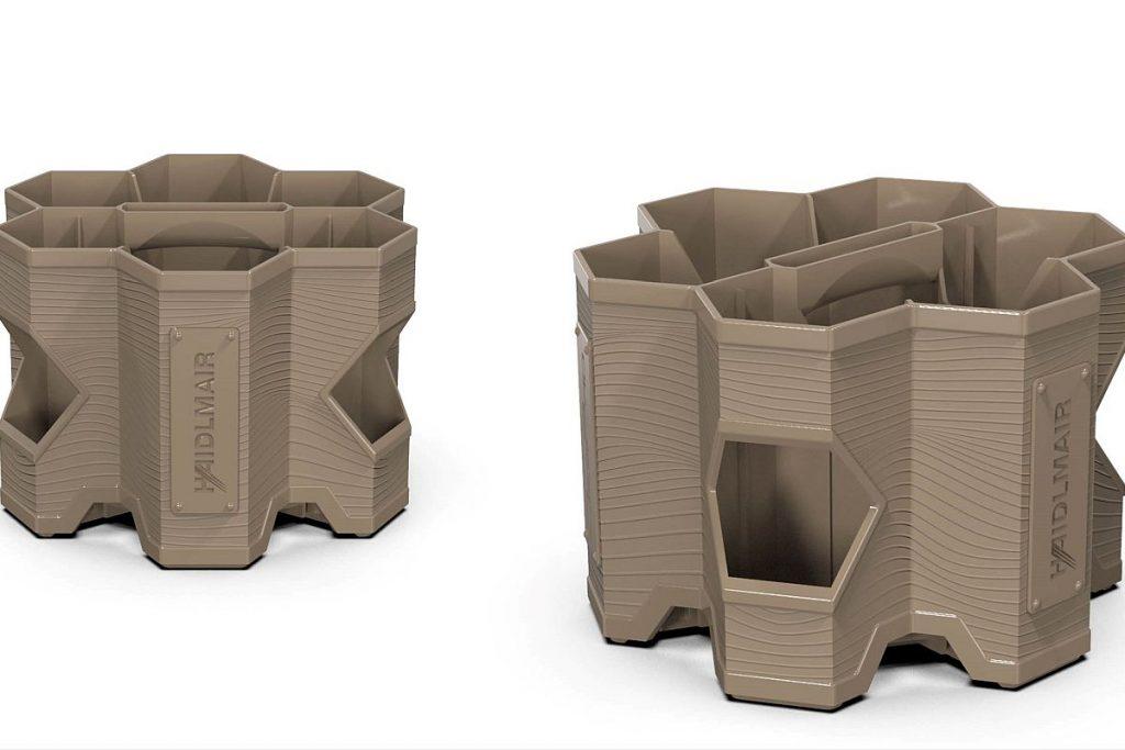 """Das Produkt, das sich hinter 6DC (das Kürzel steht für """"6 drinks crate"""") verbirgt, ist quasi ein """"Bierhandtascherl"""". Der Getränkekasten im Holzdesign fasst sechs Flaschen zu je 0,33 oder 0,5 l. Eine der Besonderheiten hierbei ist, dass das Produkt überwiegend aus Recyclingmaterial gespritzt wird. - Bild: Haidlmair/FDU Hotrunner"""