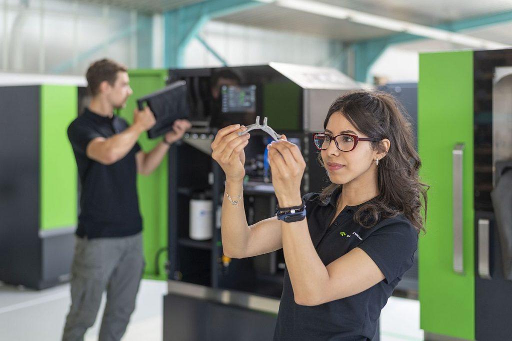 One Click Metal entwickelt mit rund 20 Mitarbeitern ganzheitliche Lösungen im Bereich des 3D-Metalldrucks für kleine und mittlere Bauteilgrößen. Von der Programmierung über das Drucken, Entpacken und den Metallpulverkreislauf sind sämtliche Prozessschritte auf einfachste und komfortable Anwendung ausgerichtet. - Bild: Index/Trumpf