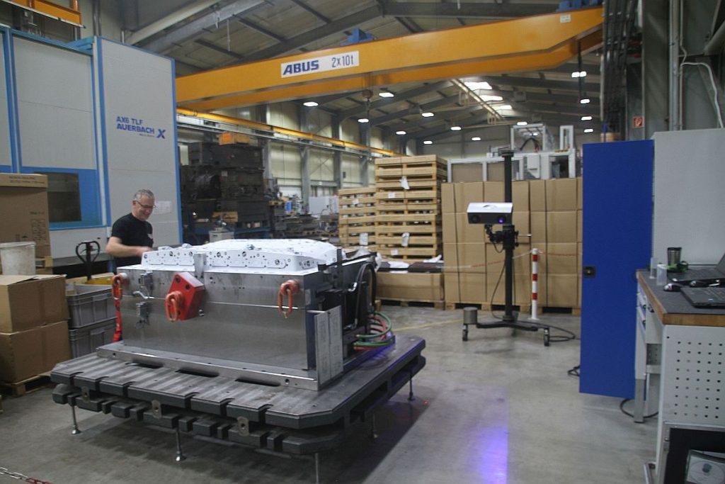 Optische Messtechnik zur Qualitätssicherung – in Großwerkzeugbauten inzwischen eine Selbstverständlichkeit. Nicht nur für den Kunden werden die Daten sorgfältig protokolliert. - Bild: Pergler Media