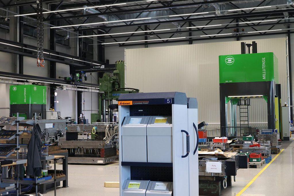 Die beiden Millutensil-Tuschierpressen in der neuen Montagehalle bei Hofmann – links die kleinere MIL123, rechts die MIL263 – verkörpern die neue Generation der Qualitätssicherung im Tuschieren bei dem Top-Formenbauer in Lichtenfels. - Bild: Pergler