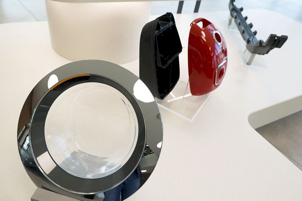 Für höchst unterschiedliche Werkstücke fertigt Hofmann seine Spritzgießformen. Dabei reicht das Spektrum der Branchen von Automotive über Haushaltselektrik bis hin zur Medizintechnik. - Bild: Pergler Media