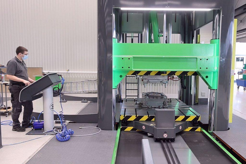 In Sekundenschnelle fährt die Millutensil MIL 362 die beiden Formhälften zusammen. Automatisierte Zyklen und ausgefeilte Funktionen schaffen beim Tuschieren ein hohes Maß an Effizienz bei absoluter Sicherheit für Mitarbeiter und Werkstück.