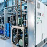 Kälte für die Kunststoffverarbeitung, effizient erzeugt: Aufgeräumt präsentiert sich die neue Kältetechnik von L&R Kältetechnik für einen Kunststoffverarbeiter. - Bild: L&R Kältetechnik
