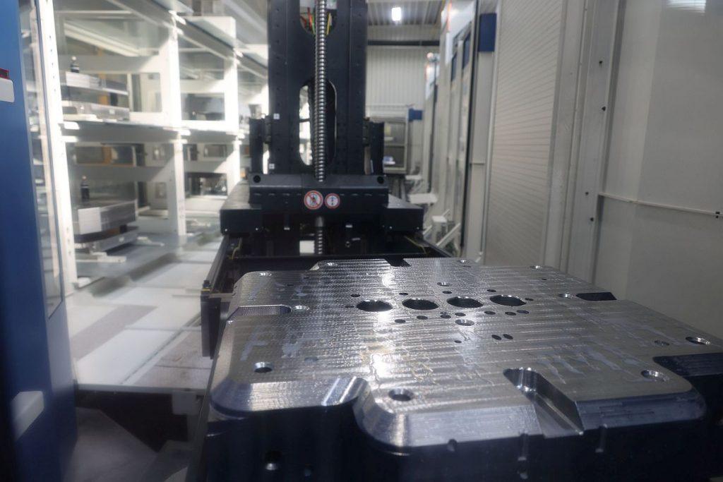Das Palettenhandlingsystem Liebherr PHS Allround versorgt die Bearbeitungszentren in der Automatisierung stets mit ausreichend Futter. Dafür stehen 31 Palettenplätze zur Verfügung. Gerüstet wird extern an zwei Rüststationen, über die die Teile auch ins System eingeschleust werden. - Bild: Pergler Media