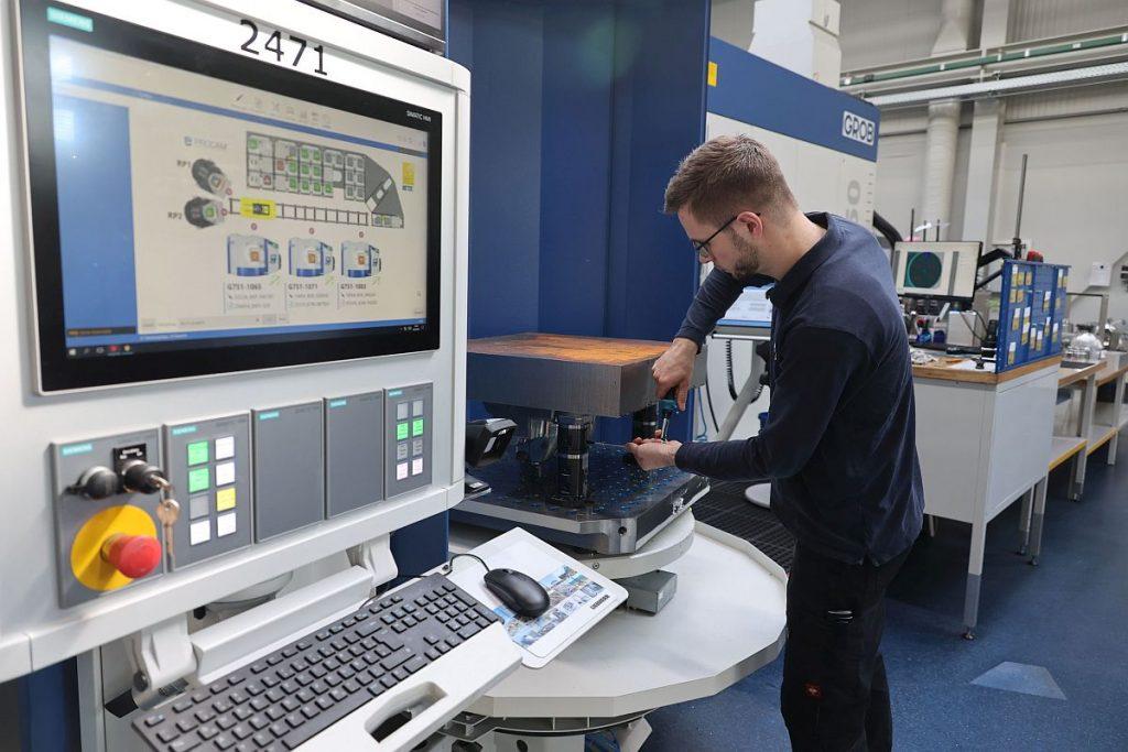 Gerüstet wird hauptzeitparallel an zwei externen Rüstplätzen. So gut wie kein Werkstück wird in einem Zug auf einer einzigen Maschine durchbearbeitet. Das System sorgt in der Automatisierung für einen optimal abgestimmten Betrieb und weist dem Werkstück auch die Maschinen zu. - Bild: Pergler Media