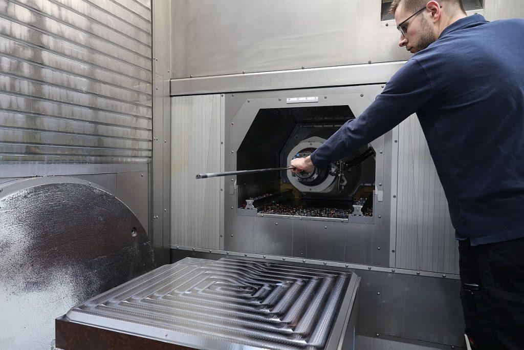 Trotz der Automatisierung sind die Maschinen nach wie vor für den Bediener in vollem Umfang zugänglich. So ist beispielsweise auch das Einwechseln von Werkzeugen per Hand etwa für Tieflochbohroperationen sehr ergonomisch, schnell und einfach erledigt. - Bild: Pergler Media