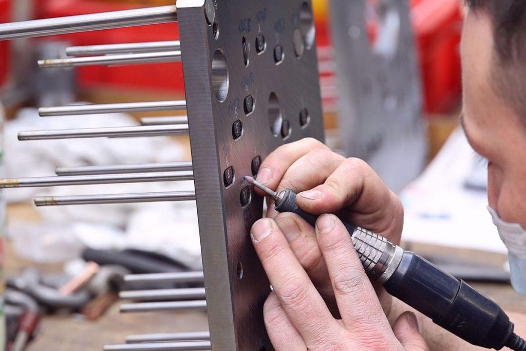 Die Werkzeugbauer bei FU-KS Formenbau in Lemgo verlassen sich auf die hohe Qualität der Produkte ihres Normalienpartners Knarr. Hier kommen etwa für einen prozesssicheren Betrieb des Werkzeugs die verdrehsicheren Auswerfer des aus dem Programm des Normalienlieferanten zum Einsatz. - Bild: Pergler Media