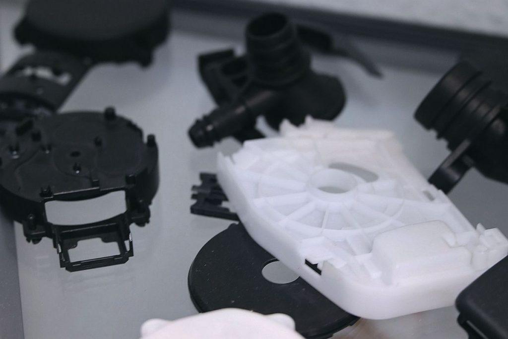 Hochwertige Formen für komplexe technische Teile in den unterschiedlichsten Werkstoffen sind eine weitere Spezialität der Lemgoer Formenbauer. Die Kunden kommen dabei aus einem sehr breiten Branchenspektrum. - Bild: Pergler Media