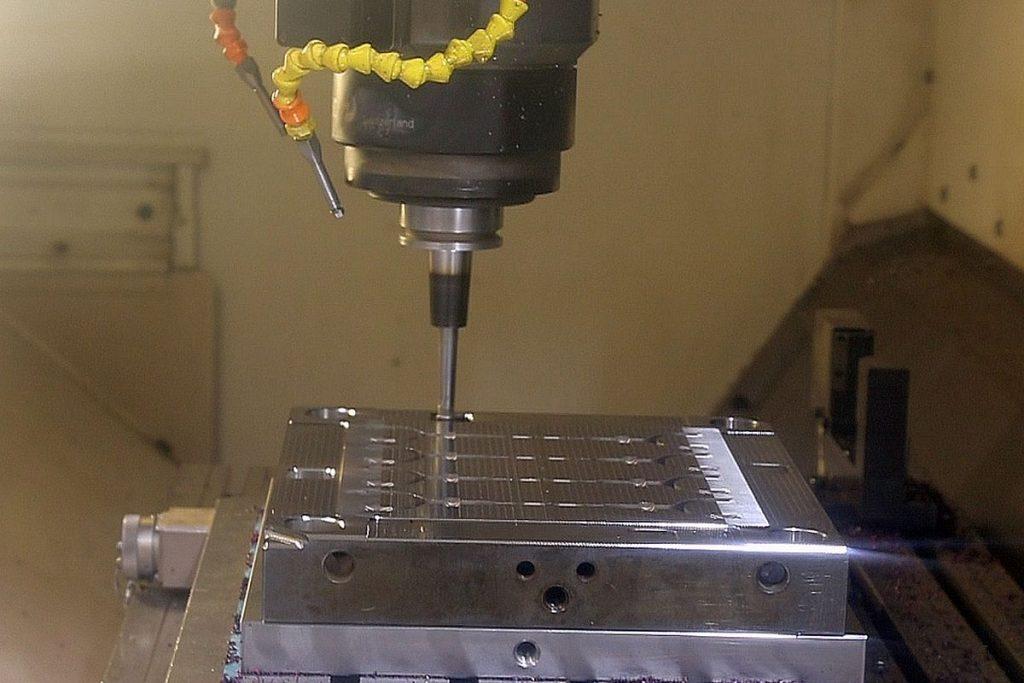 Die Platten aus Toolox lassen sich sehr gut zerspanen. Sie sind zwischen drei und fünf Wochen bereits im Stahlwerk spannungsarm geglüht worden – das verhindert böse Überraschungen etwa aufgrund von Verzug nach der Bearbeitung. - Bild: Pergler Media