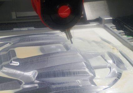 Mit bis zu 24 000 min-1 geht die Spindel in den Trimill VF3021 bei Koller zu Werke. Die Maschinen können in einer Aufspannung schruppen und schlichten – bei Koller indes werden die beiden Portalbearbeitungszentren in erster Linie als Schlichtmaschinen genutzt. – Bild: Pergler Media