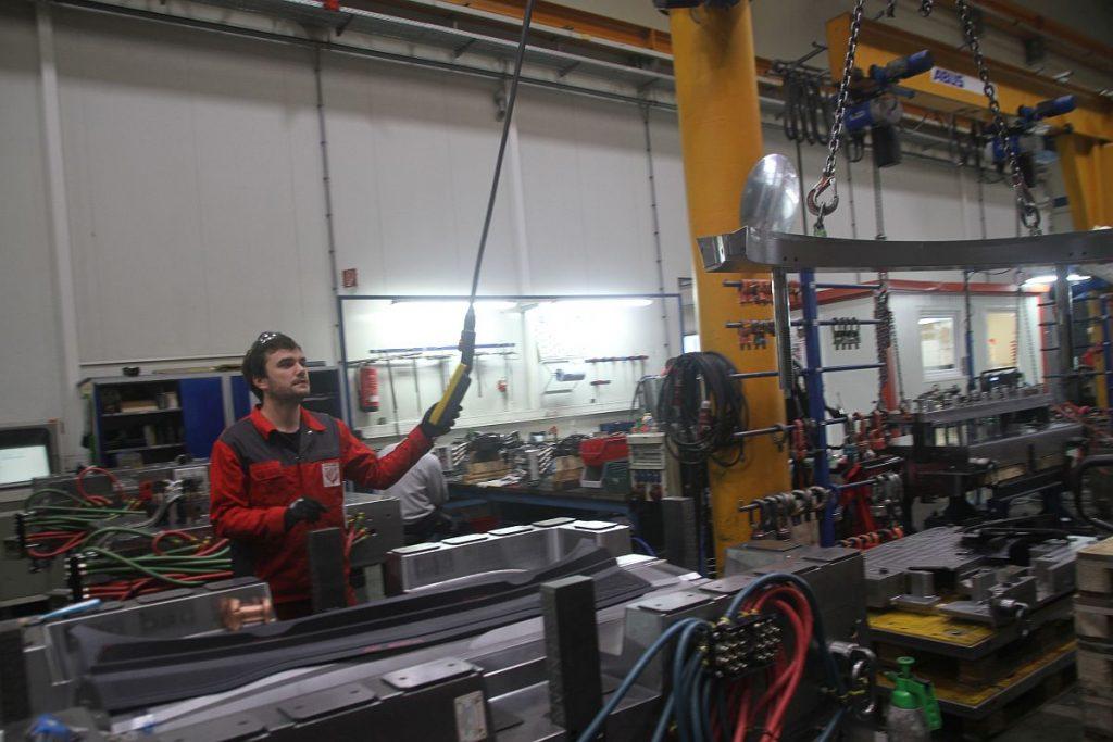 Hohe Präzision: Die Mitarbeiter in der Montage und im Try-Out bekommen von den Trimill- VF3021-Maschinen optimal bearbeitete Werkstücke – die Korrekturschleifen sind auf ein Minimum reduziert. – Bild: Pergler Media