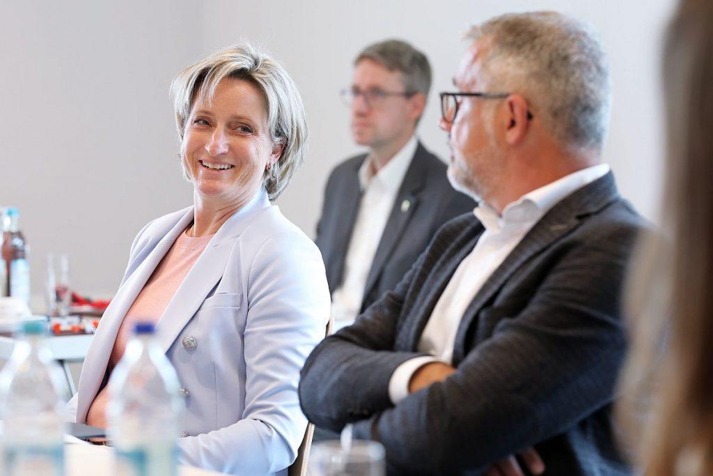 """""""Den Dialog mit den Werkzeug- und Formenbauern bieten wir gerne an"""", erklärt Baden-Württembergs Wirtschaftsministerin Nicole Hoffmeister-Kraut. """"Um die Branche und den Wirtschaftsstandort Baden-Württemberg zu stärken, ist es wichtig, dass wir eng zusammenarbeiten und im Austausch sind."""" - Bild: VDWF/wortundform"""