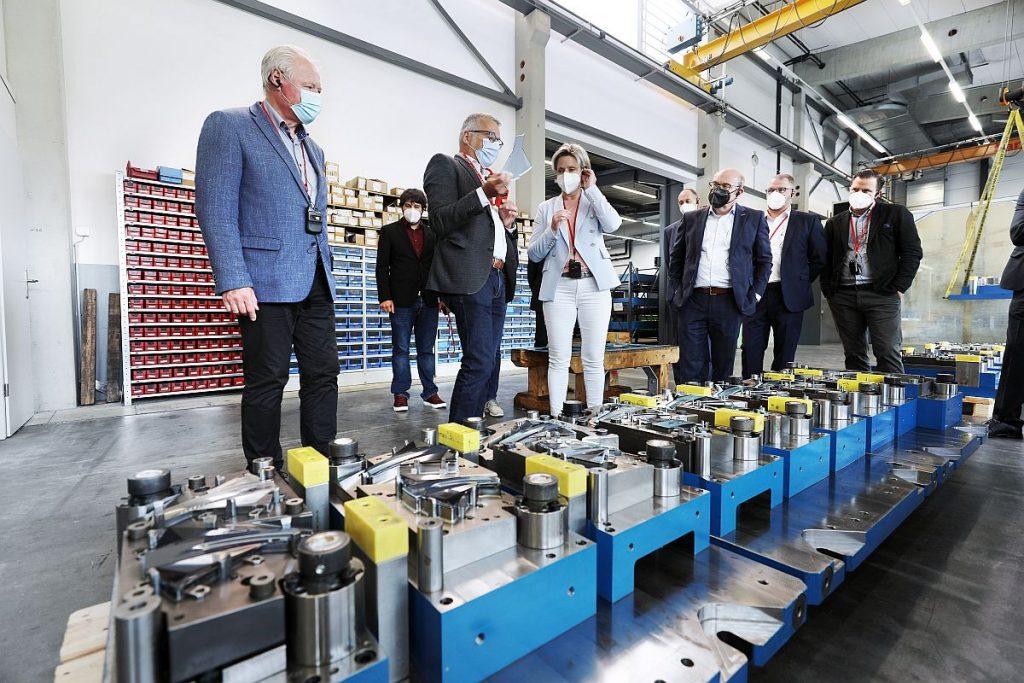Was ein Werkzeugbauer genau macht und welche Schlüsselstellung er damit innerhalb der industriellen Fertigungskette bekommt, erläuterten die Branchenvertreter den Repräsentanten aus der Politik bei einem Rundgang durch den gastgebenden  Gebhardt Werkzeug- und Maschinenbau in Baienfurt. - Bild: VDWF/wortundform