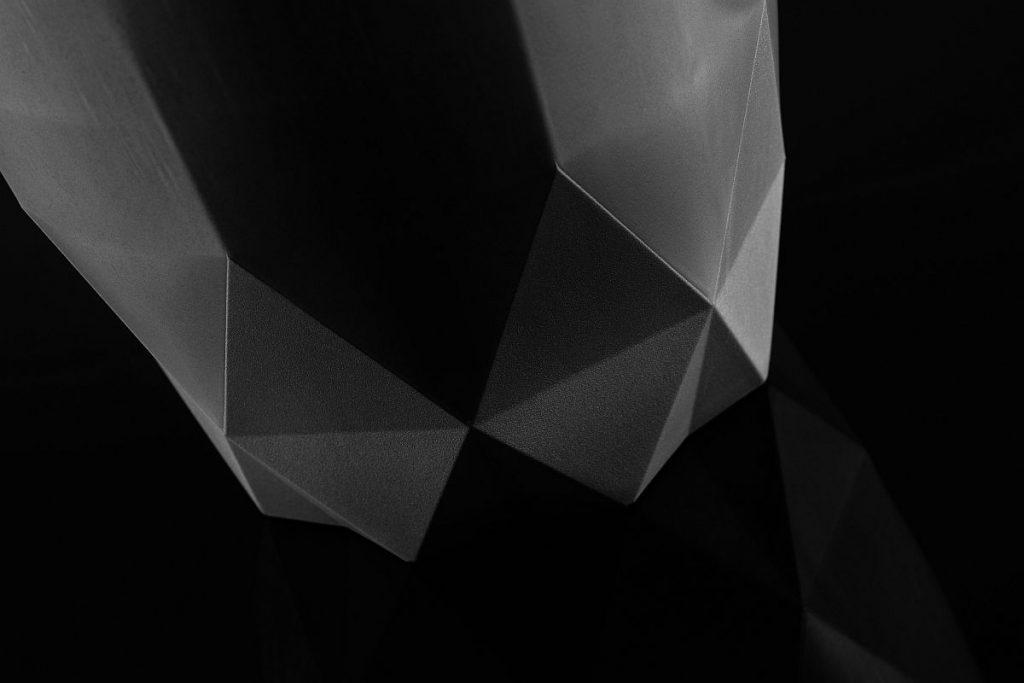 Die Kanne entsteht in einem Tauchkantenwerkzeug, das eine variable Wandstärke erlaubt. Die Oberfläche weist unter anderem unterschiedliche Erodierstrukturen auf, aber auch polierte Partien. All das gibt entsprechend auch die Oberfläche des geschäumten PET-Werkstücks sehr detailliert wieder. - Bild: Deckerform
