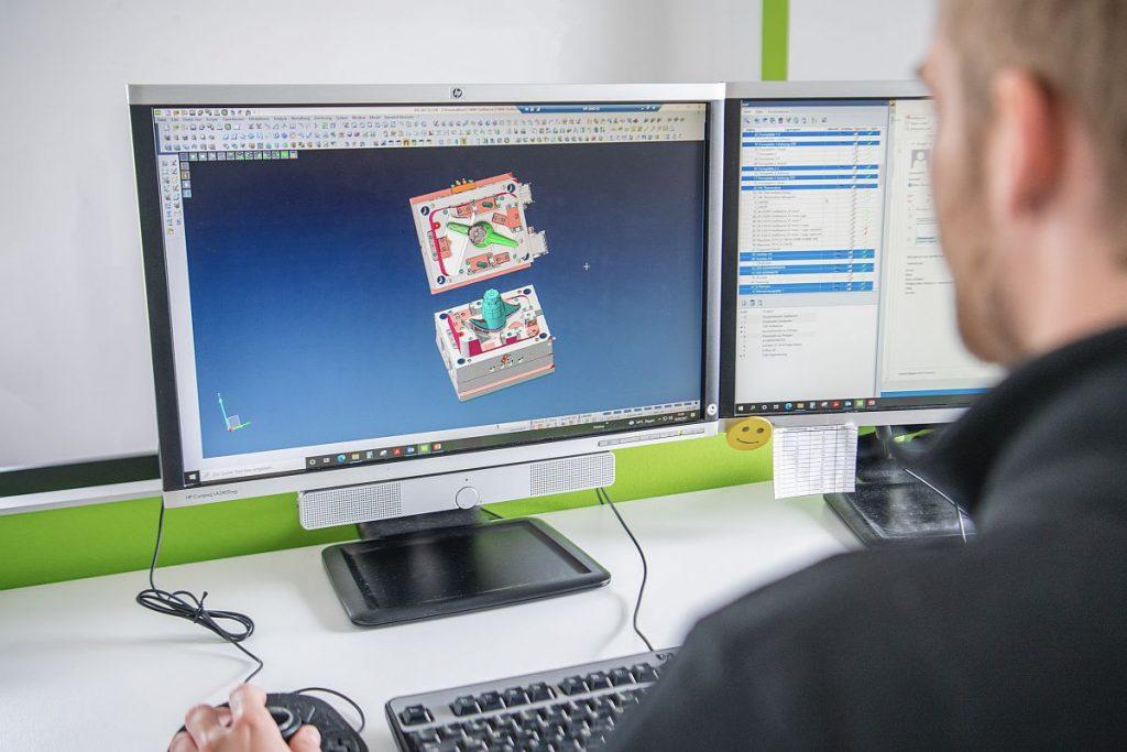 Deckerform setzt im gesamten Prozess auf Nachhaltigkeit. Bereits in der Ideenschmiede, in der Werkzeugprojekte in Aichach entstehen, wird das Konzept entsprechend umgesetzt. - Bild: Deckerform