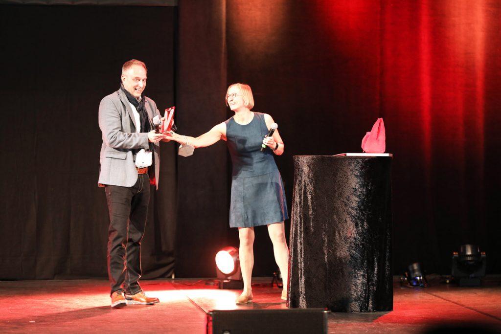 """Susanne Schröder, Chefredakteurin des Fachmagazins """"Kunststoffe"""" und profunde Branchenkennerin, hielt die Laudatio und übergab den Award an den neuen """"Verbandskommunikator des Jahres 2021"""", Ralf Dürrwächter. - Bild: VDWF"""