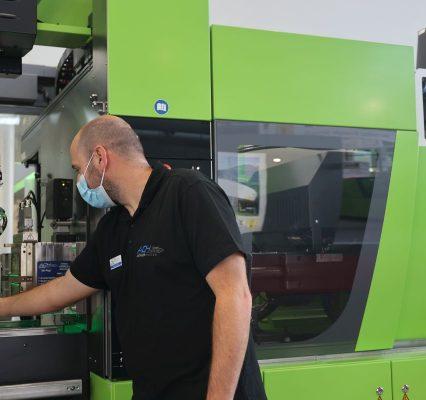 ACH Solutions präsentiert zur Fakuma Werkzeuge für Silikon und in Mehrkomponententechnik für Bauteile aus Silikon in höchster Präzision - hier die Anwendung am Stand von Engel. - Bild. Pergler Media